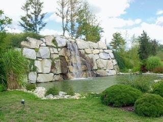 zahradní jezírko s malým vodopádem