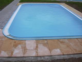 plastový bazén s odtokovým kanálkem